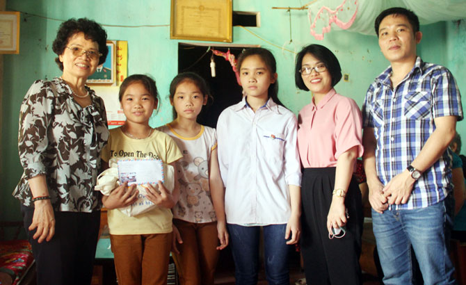 Tặng quà trẻ em nghèo, hiếu học